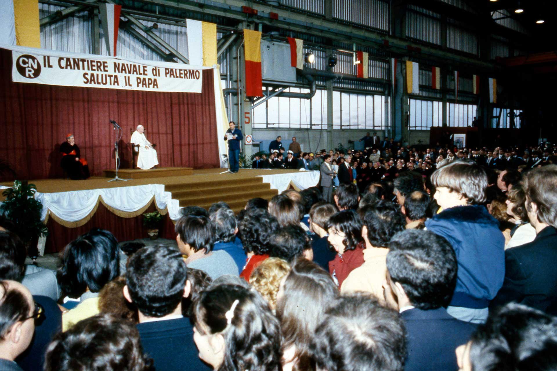 Le Pape salue et s'adresse aux ouvriers et aux dirigeants du chantier naval de Palerme avec des paroles fermes et d?encouragement.