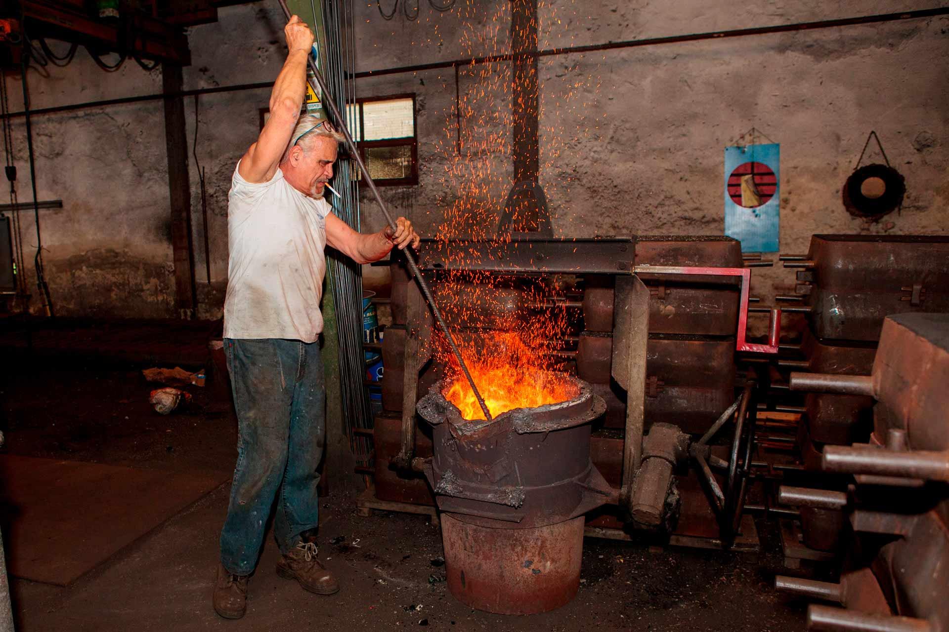 Jusqu'en 1986, ils fondaient avec un four traditionnel, aliment? par du coke de carbone.