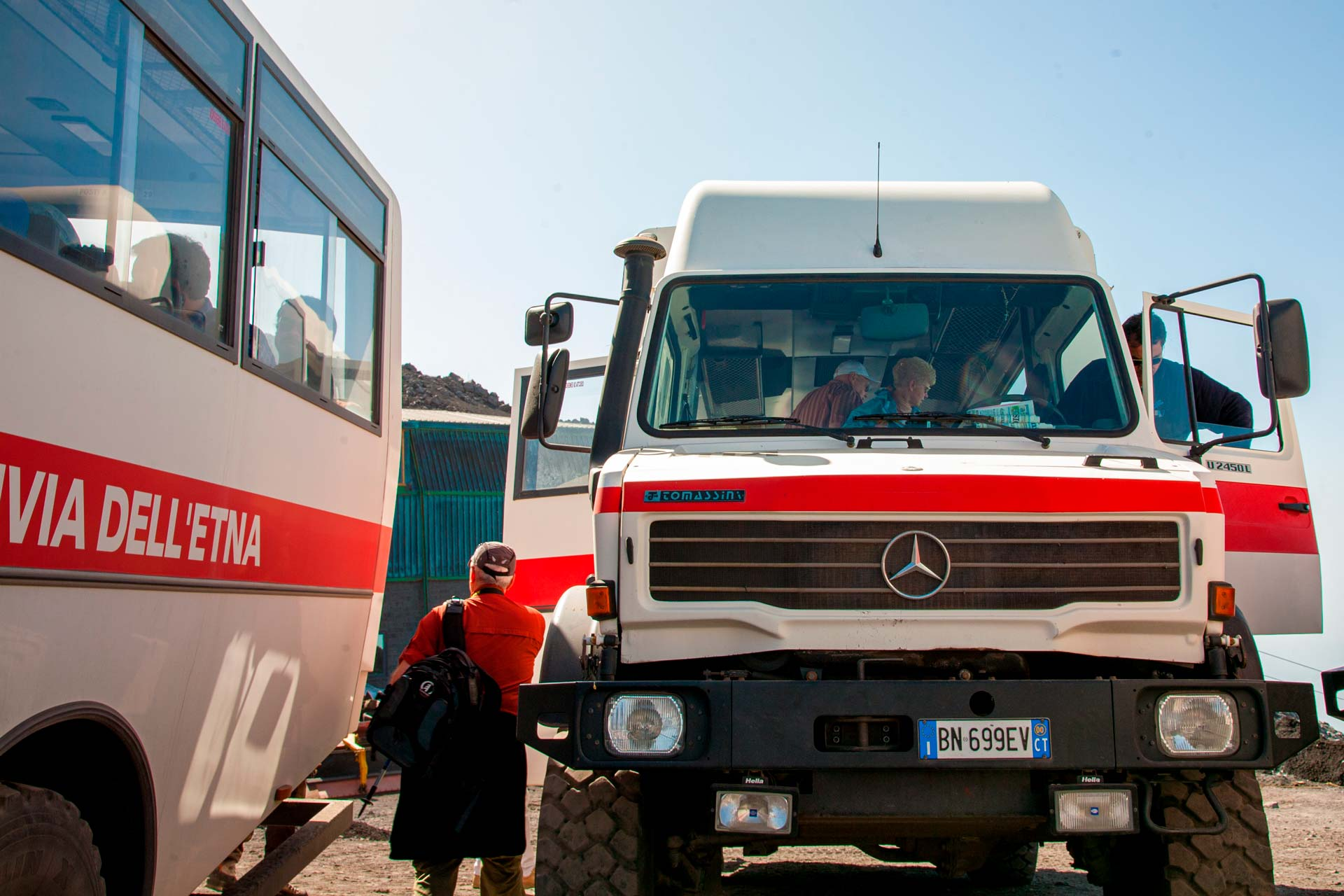 Il servizio viene svolto con speciali mezzi fuoristrada condotti da esperti autisti che percorrono in assoluta quiete i sentieri pi? scoscesi.