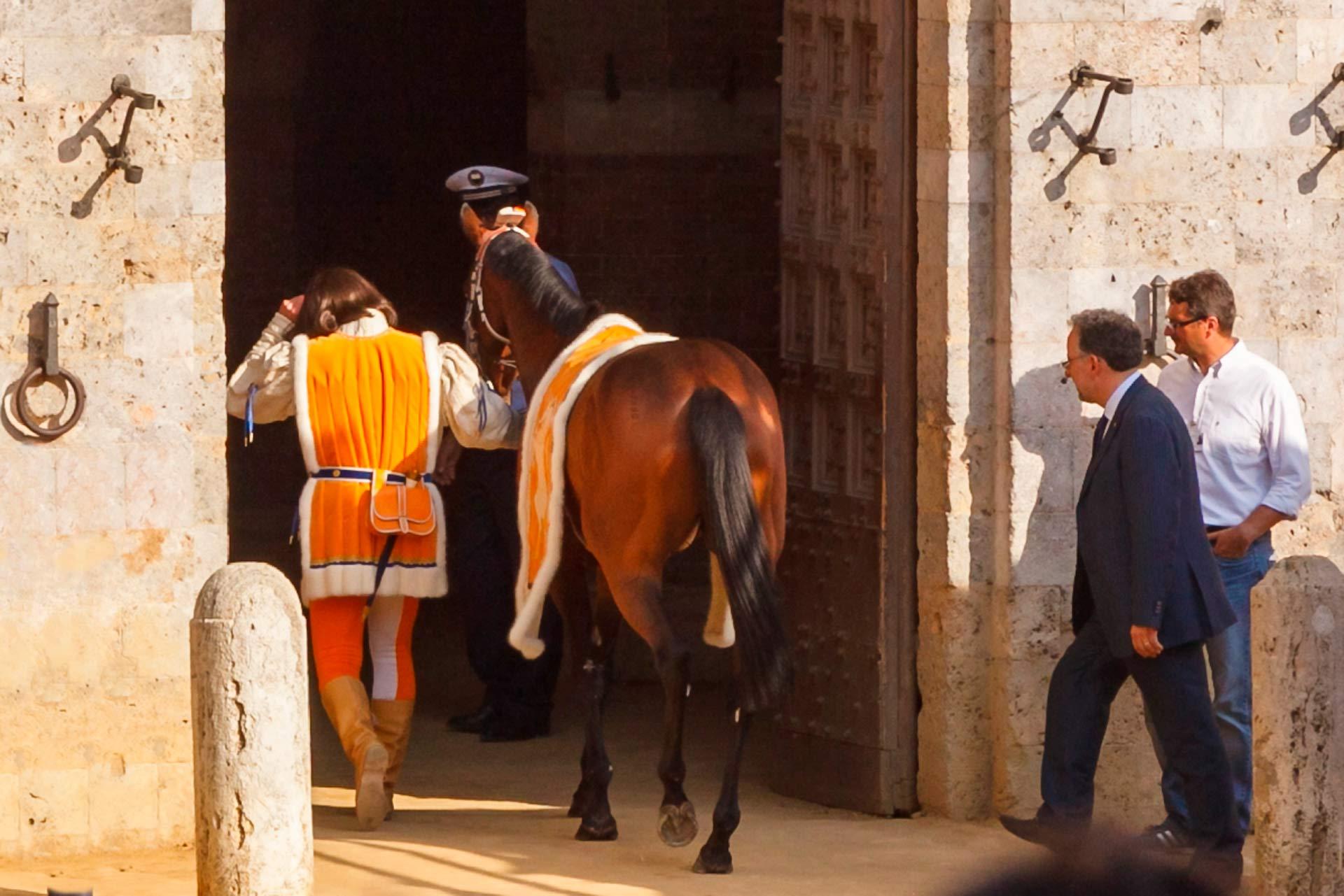 """TOUT EST PR?T POUR LE PALIO - Quelques jours avant le Palio, j'ai demand? ? Iorzy, le Barbaresco: """"Qu'arrivera-t-il au cheval gagnant ? la fin du Palio?"""" Et Iorzy: ?Il sera port? en triomphe devant l'?glise de Provenzano pour remercier la Madone. Imm?diatement apr?s, l'heureux Barbaresco le ram?nera ? l'?curie pour s'occuper de lui, le r?parer et v?rifier que tout va bien. """" J'ai r?pondu: """"Alors le Barbaresco est le seul contradaiolo ? manquer les c?l?brations?"""" Iorzy: ?Tout d'abord vient le cheval. Il est temps de c?l?brer. """" Avec ces mots simples, Iorzy a dissip? tous mes doutes qui m'ont pouss? ? vivre cette fantastique aventure. Si ce n'est pas de la passion et de l'amour pour le """"Cheval"""", je ne sais tout simplement pas comment le d?finir! Peut-?tre simplement: """"Palio di Siena!"""""""