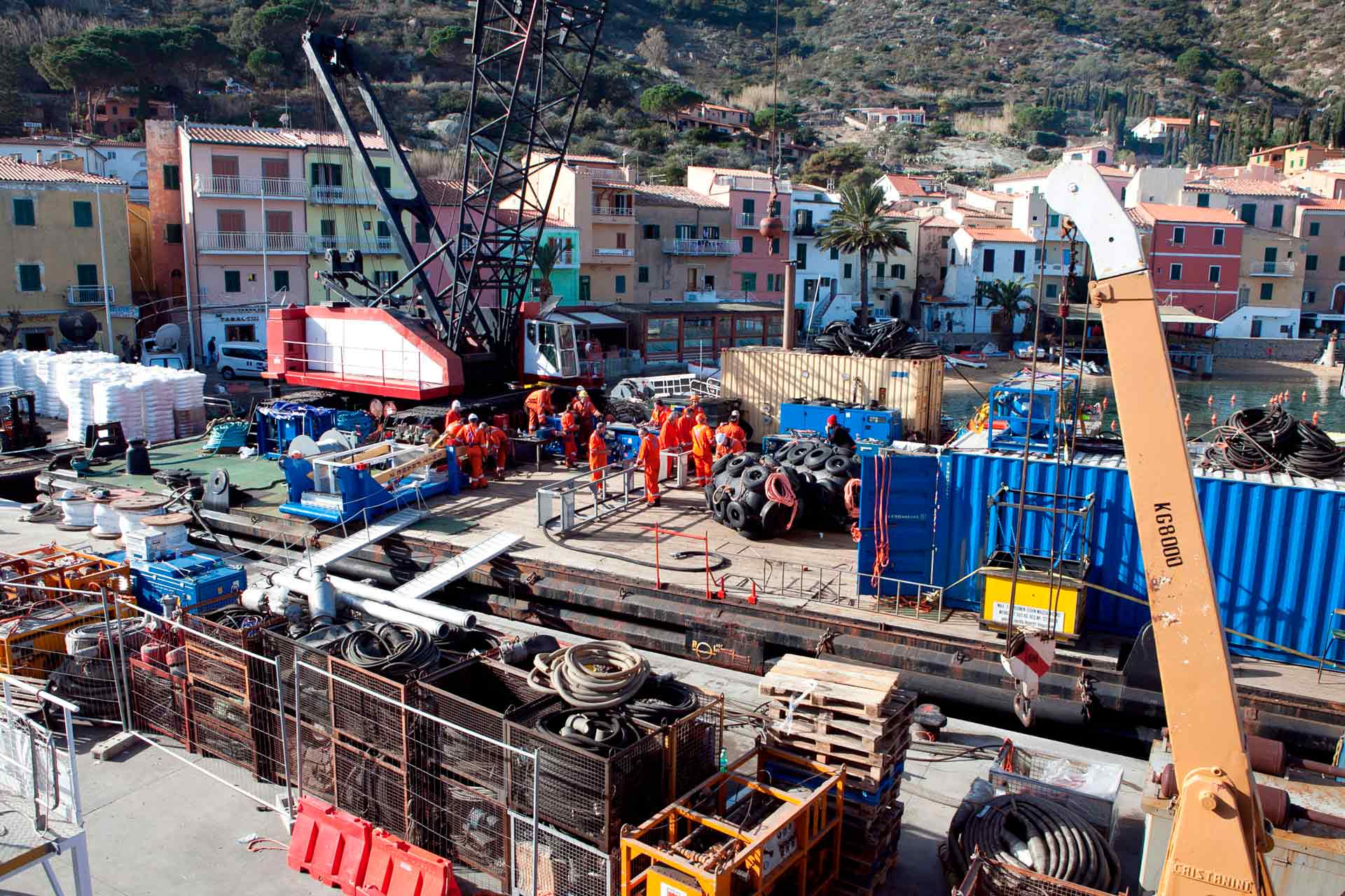 The many technicians who arrived on the island immediately went to work immediately in the days following the shipwreck, to facilitate the search for the missing who were still 10 a week after the disaster.