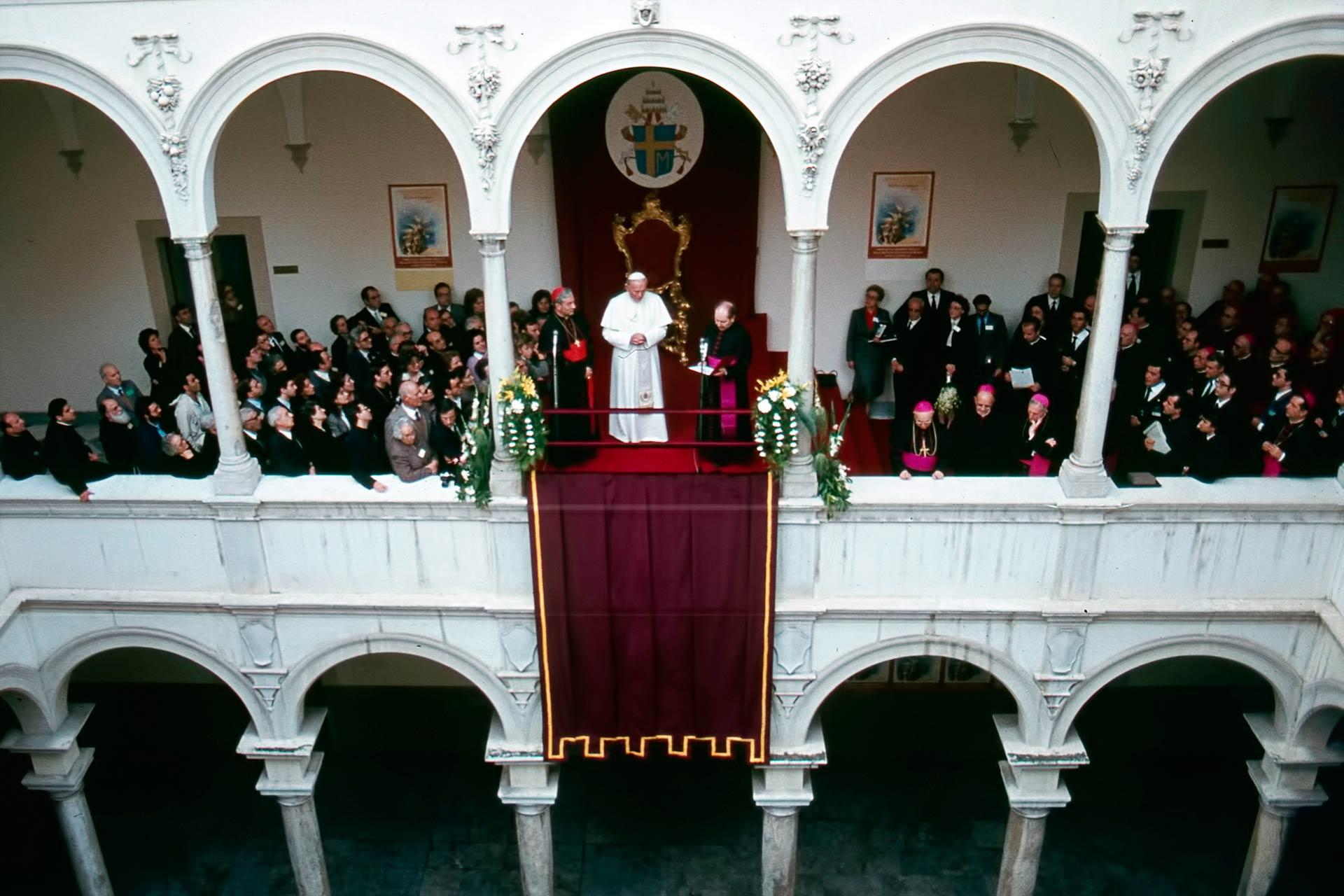 Pr?sentation par le Doyen de la Facult?, Mgr Crispino Valenziano au Souverain Pontife, de la nouvelle Facult? de Th?ologie de Sicile ?rig?e le 8 d?cembre 1980.