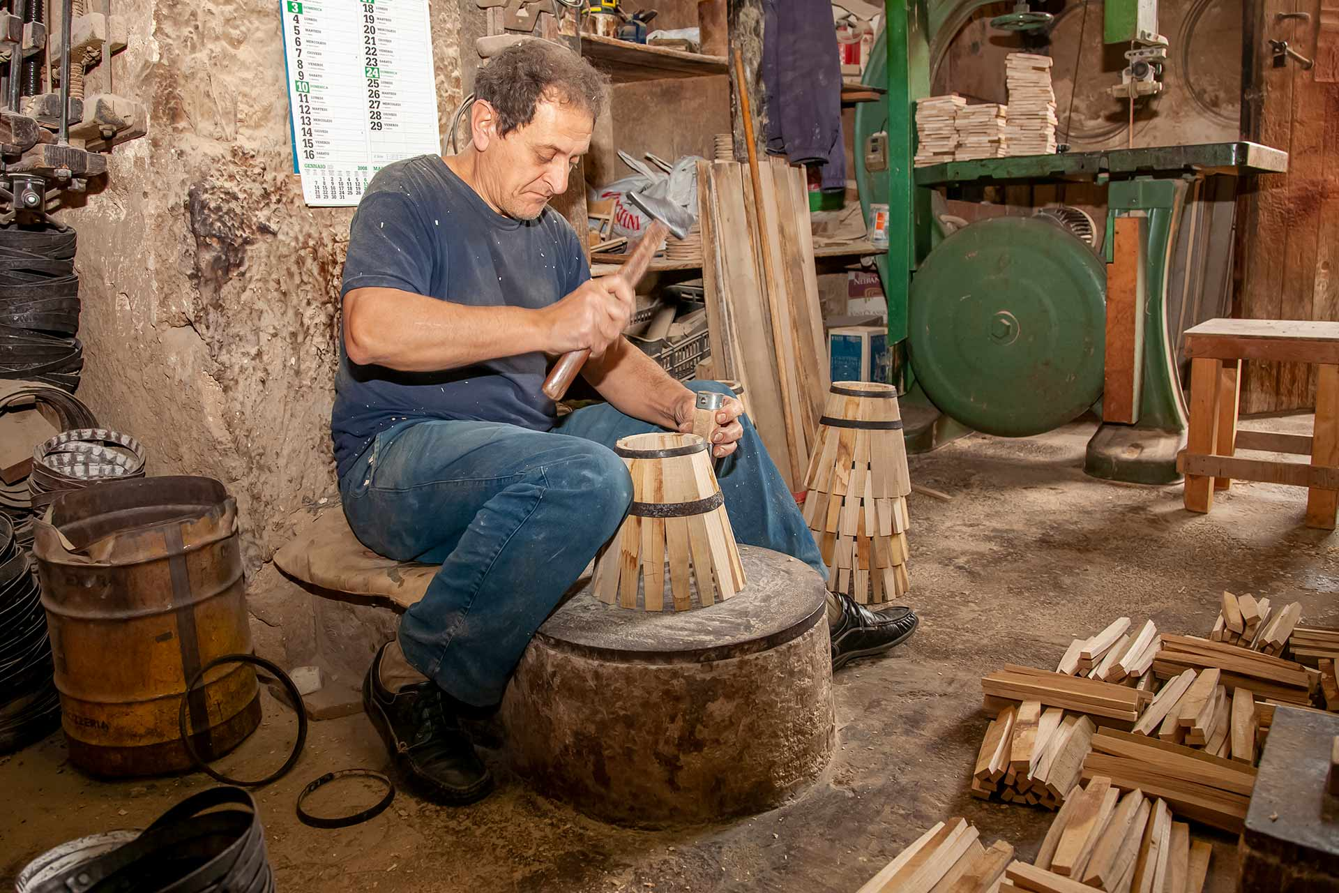 Tous les travaux, pour la construction des petits f?ts de 5 litres pour le vin de Marsala, ont ?t? r?alis?s strictement ? la main par les deux fr?res.