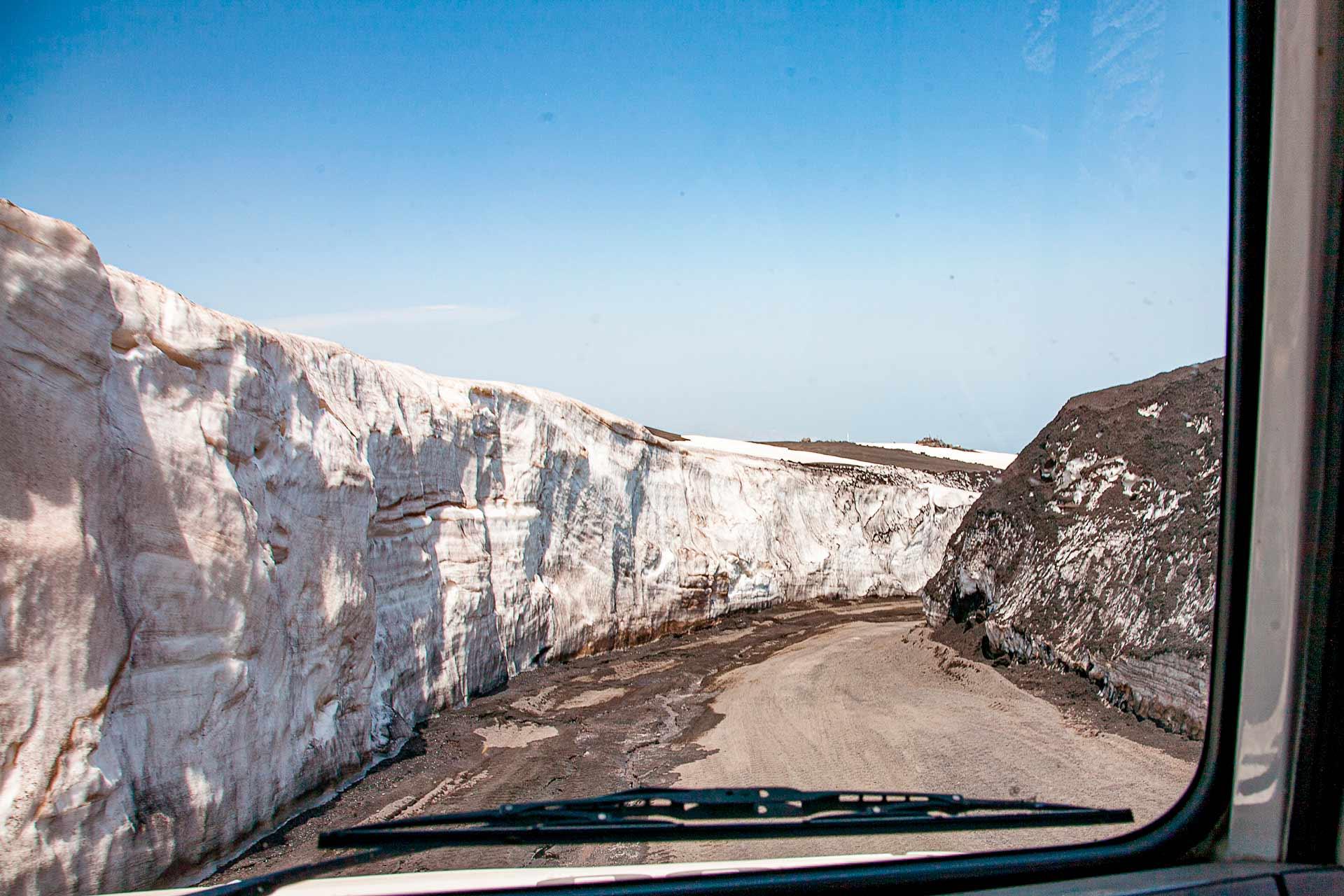 Nous marchons le long de la route aux hauts murs de neige, et en seulement 20 minutes, nous atteignons une altitude de 2900 m. au dessus du niveau de la mer.