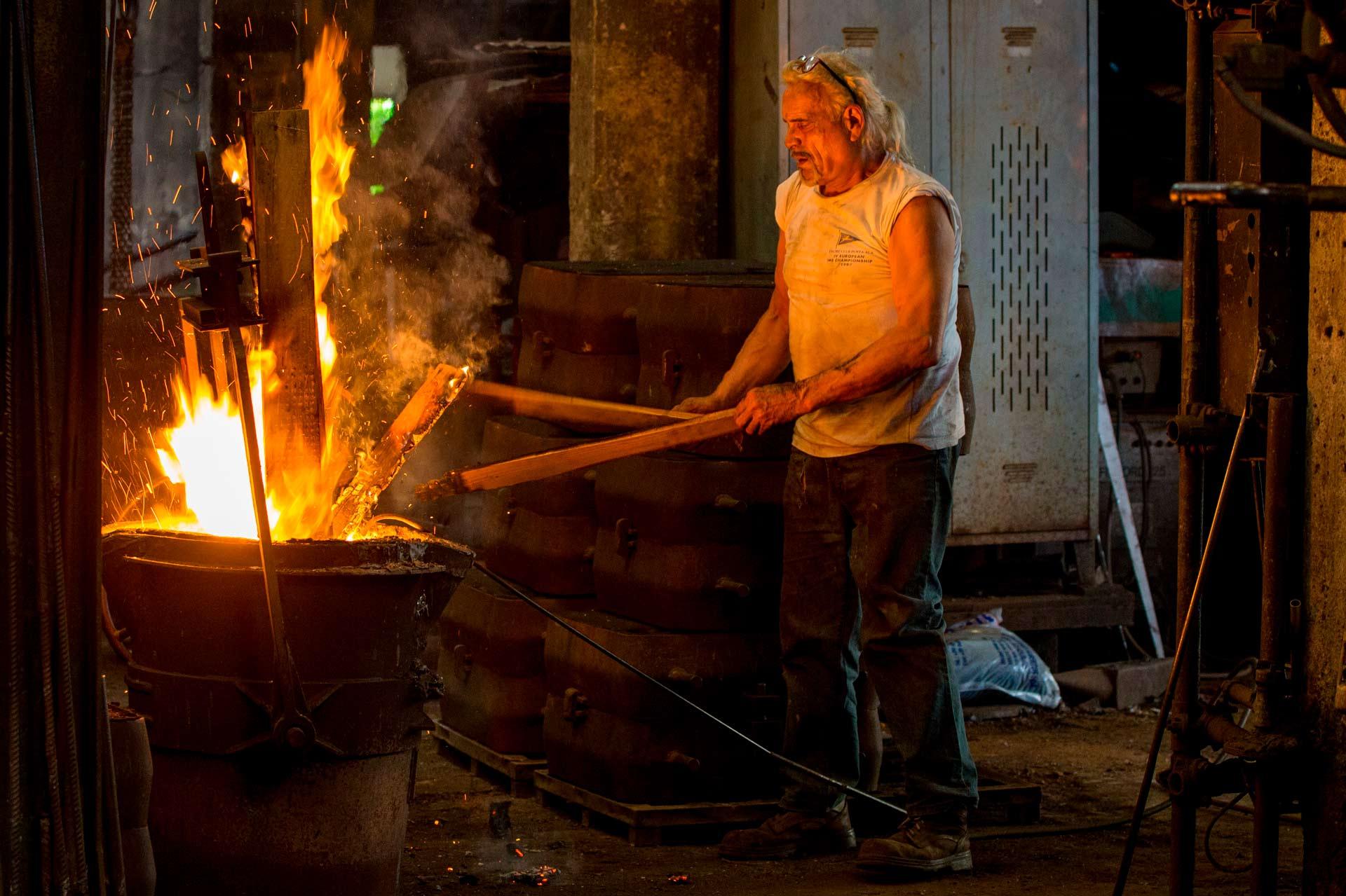 Molto spesso il lavoro in fonderia viene paragonato al lavoro in miniera, in verit? ? dice Omero ? ? vero che in fonderia si lavora in condizioni estreme, ma in piena sicurezza, ma ? anche vero che ? un lavoro che da tante soddisfazioni.