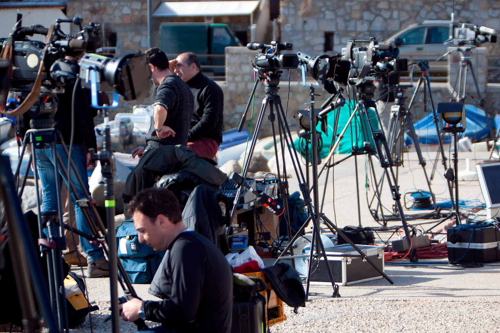 The media looting began immediately and the inhabitants of the small island of Giglio had to make room not only for the castaways, but also for journalists and onlookers.
