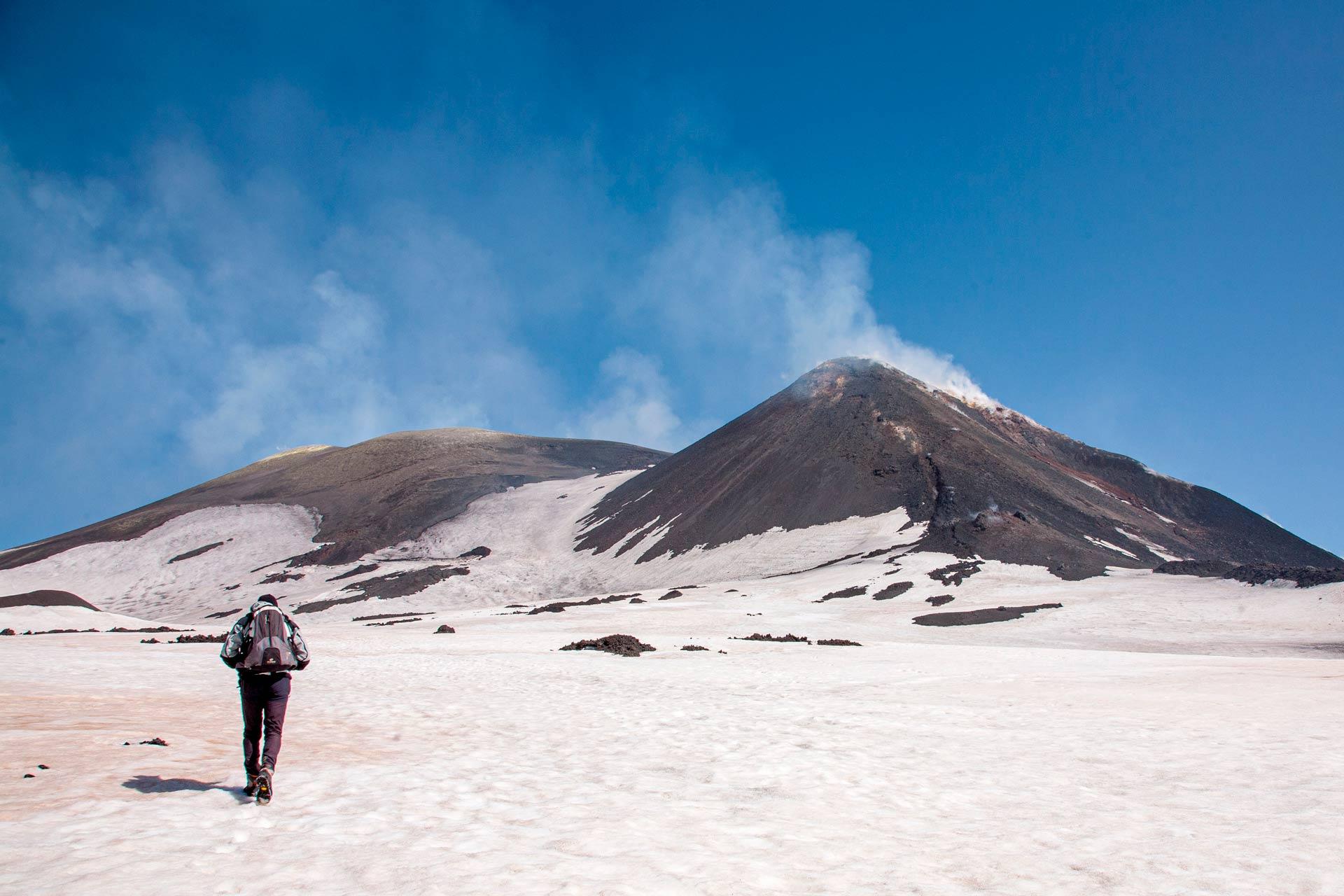 Inizia la scalata a piedi fino alla vetta pi? alta del vulcano. Veniamo avvolti da una calma surreale, ma sfortunatamente questa calma ? costantemente minacciata dalle collere del vulcano.