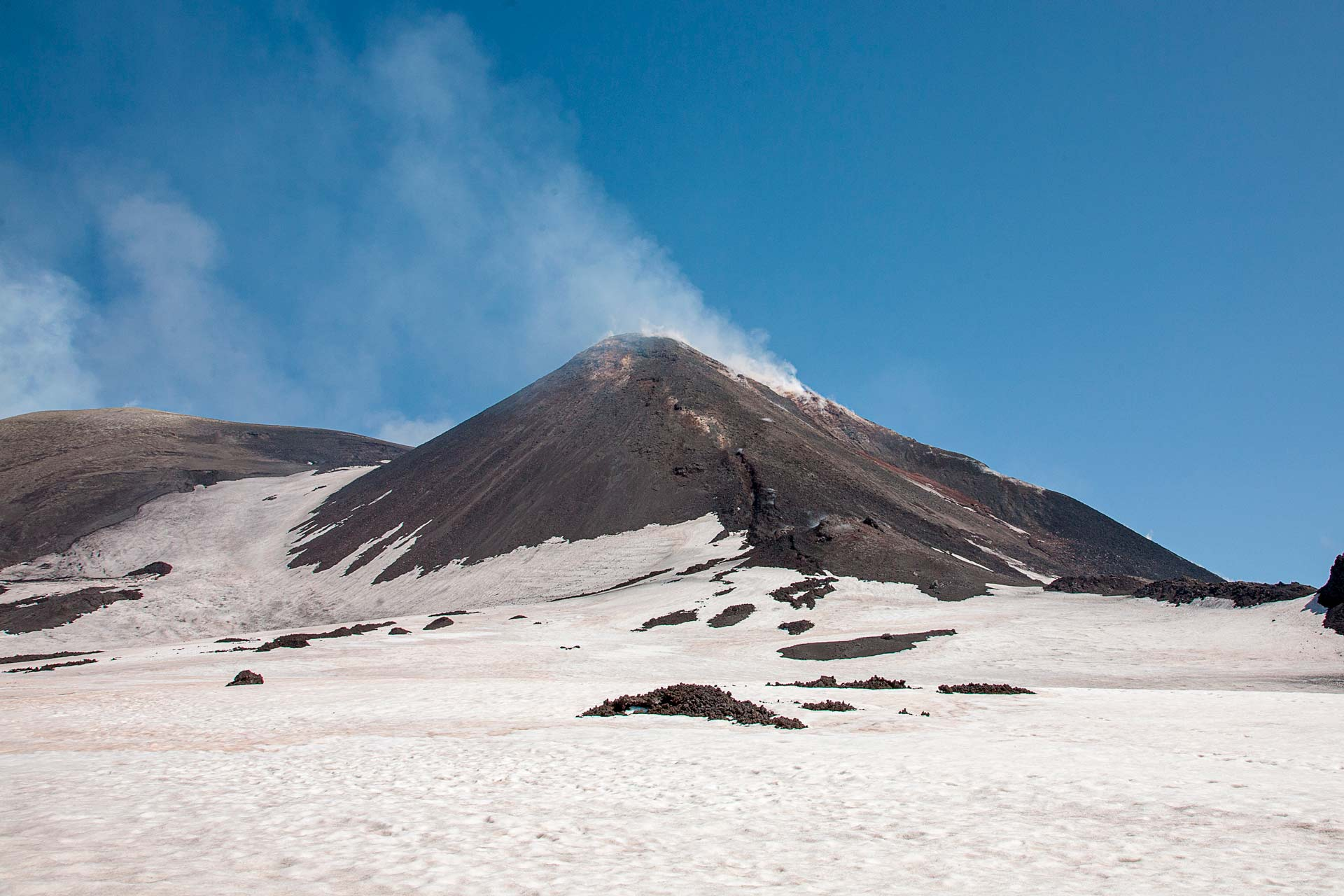 """The clear cloud that emerges from the top of the craters is a clear sign of tranquility for the people who live on the slopes of the """"mountain"""". In fact, man since he has inhabited these regions looks with fear at the dark cloud that comes out from the top of the mountain, a disturbing plume that can reach tens of kilometers and plunge cities and villages into deep darkness."""