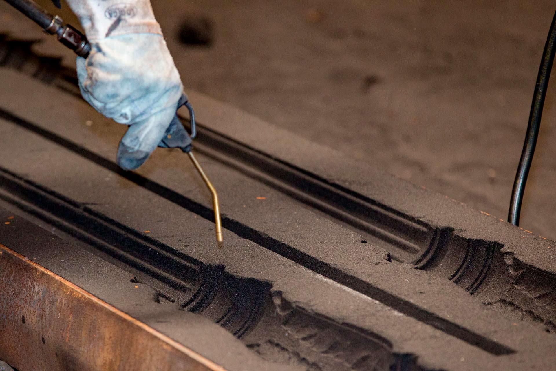 Le moule est g?n?ralement en acier ou en fonte et ? l'int?rieur, gr?ce ? l'utilisation d'un m?lange de sable et de r?sine, le n?gatif du composant final est reproduit.