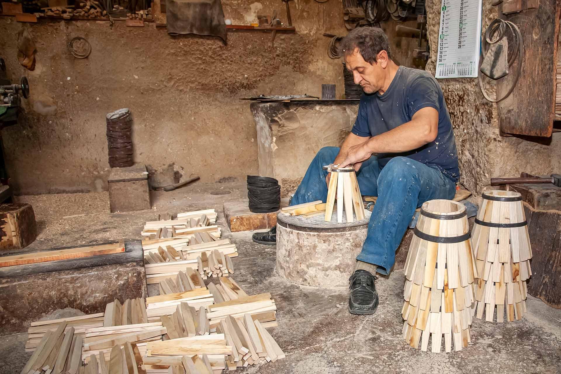 """""""Nous avons beaucoup de travail et il n'est pas facile de trouver des gens pr?ts ? travailler"""", me dit Giovanni, """"notre entreprise op?re dans le territoire de Marsala depuis 1945 et chaque baril est fait ? la main, selon les processus de production traditionnels qui ont ?t? transmis au sein de notre famille """"."""