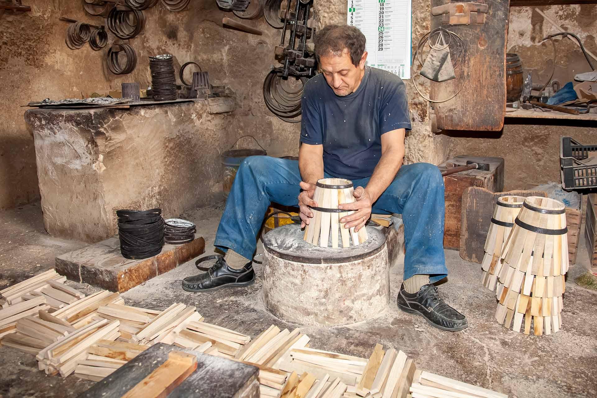 """L'atelier """"Artigiani Bottai"""" est un espace intemporel qui ouvre les portes d'un monde o? la relation entre le producteur et le produit est v?ritablement exclusive. Je salue et quitte lentement la boutique en pensant: vive les artisans!"""