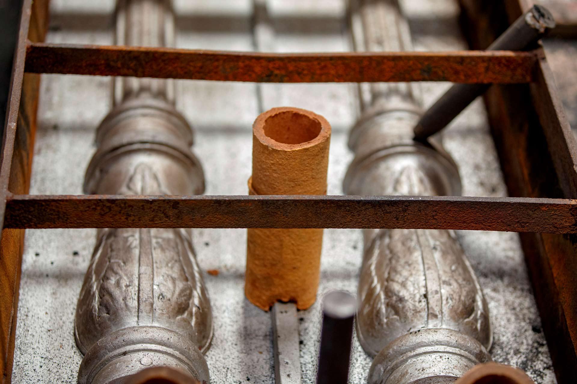 Il processo di fusione della ghisa in conchiglia ? principalmente indicato per la produzione di oggetti di piccole dimensioni, con un buon livello di rifinitura e su larga scala.