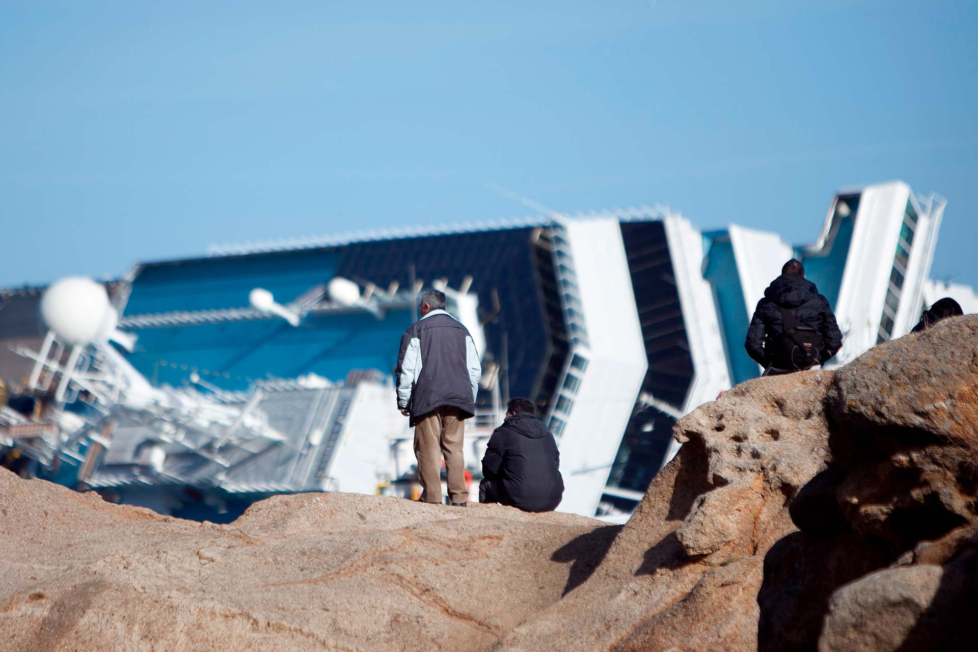 The first onlookers appear on the cliff: it is still not possible to believe what happened.