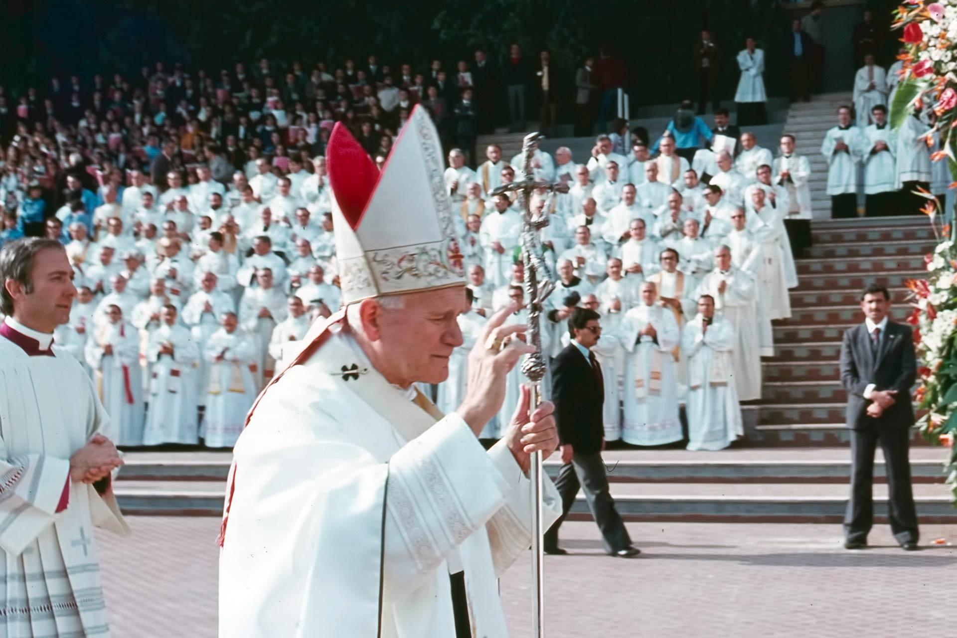 Pour la f?te du Christ-Roi, le Pape c?l?bre la messe dans l'hippodrome de la Favorita, devant des milliers de Siciliens, heureux de pouvoir entendre les encouragements de Jean-Paul II.