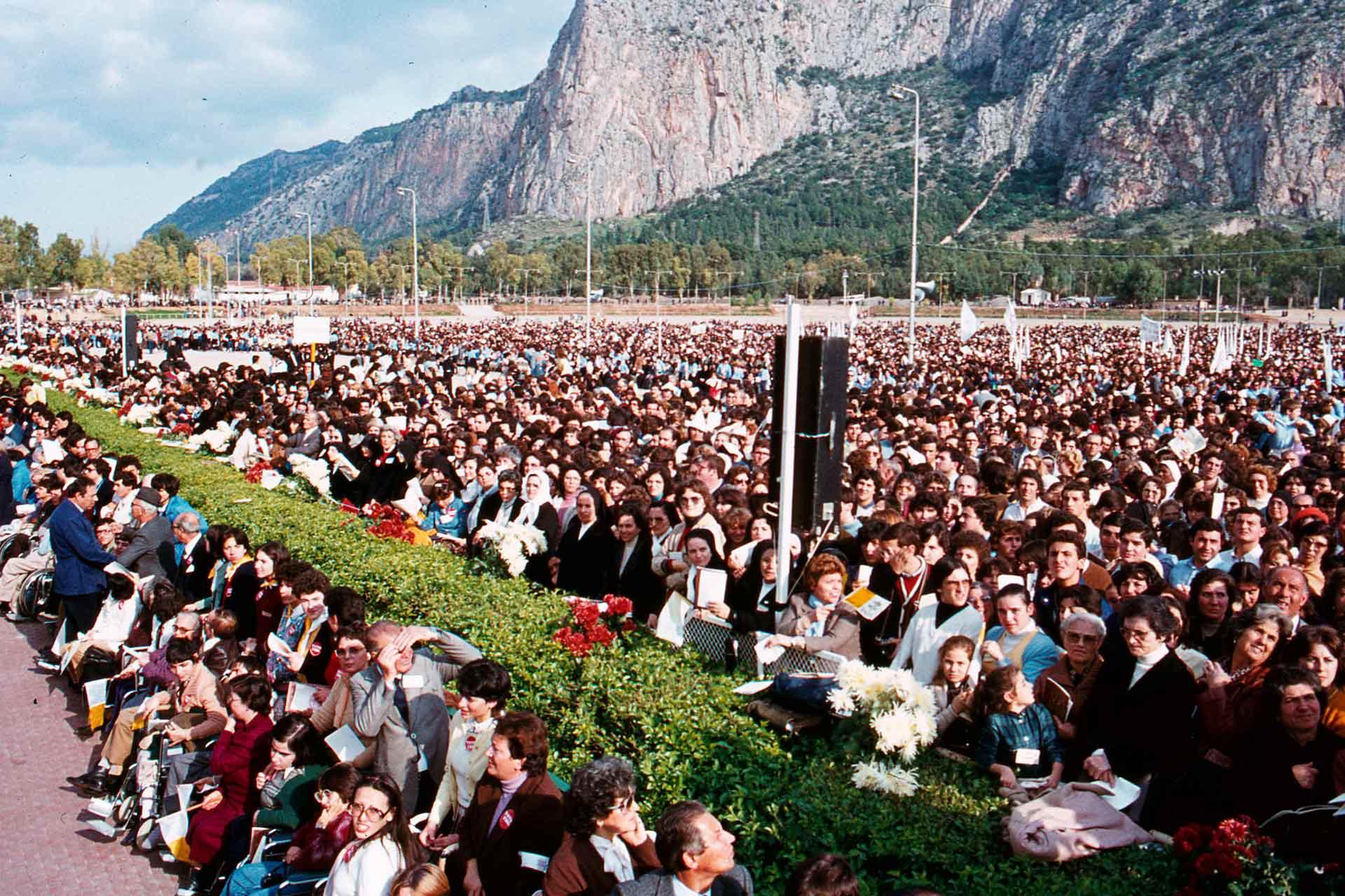 Nella Festa di Cristo Re, il Papa celebra la Messa nell?Ippodromo della Favorita, dinanzi a miglia di siciliani, felici di ascoltare l?incoraggiamento di Giovanni Paolo II.