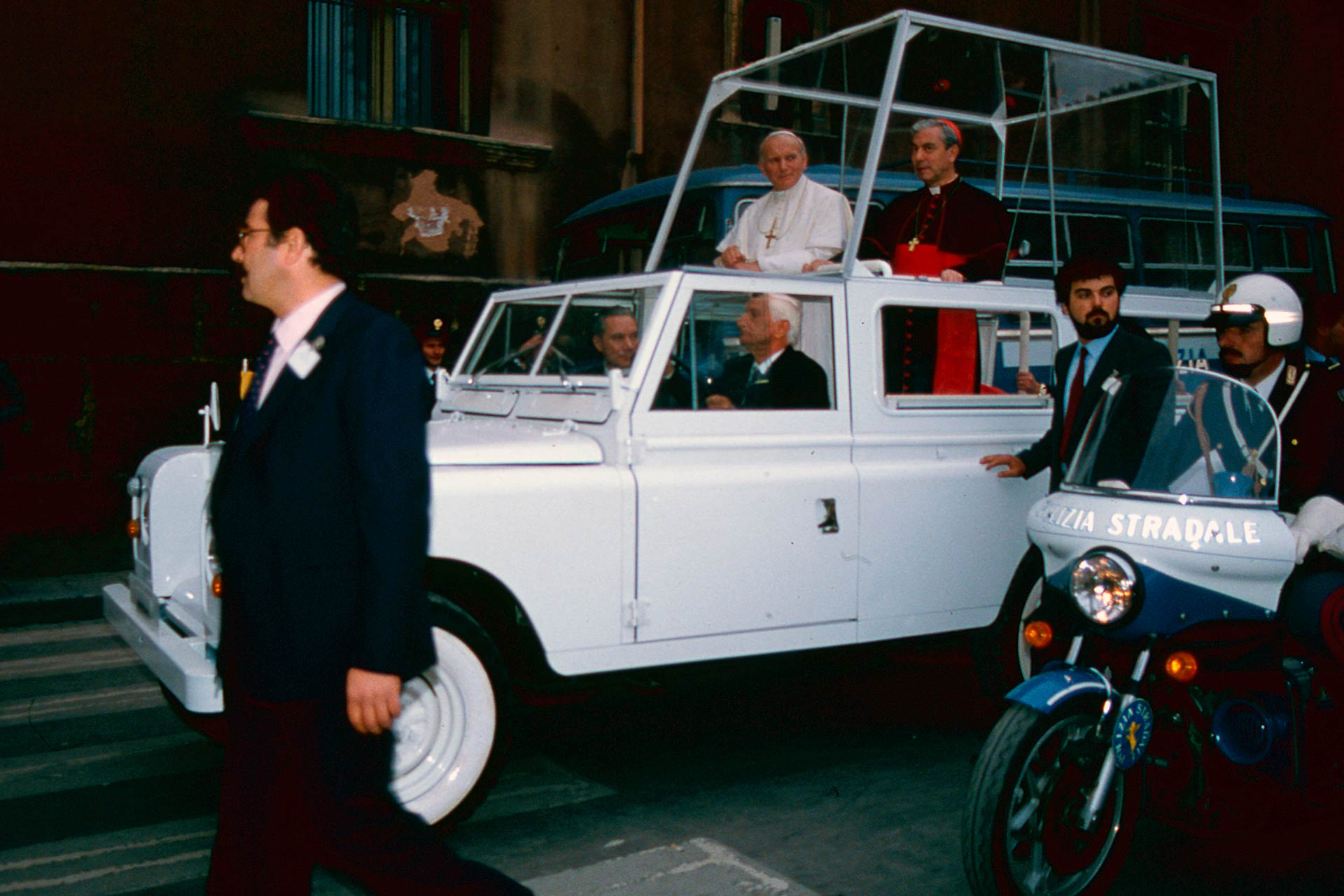 The Popemobile in the streets of Palermo.