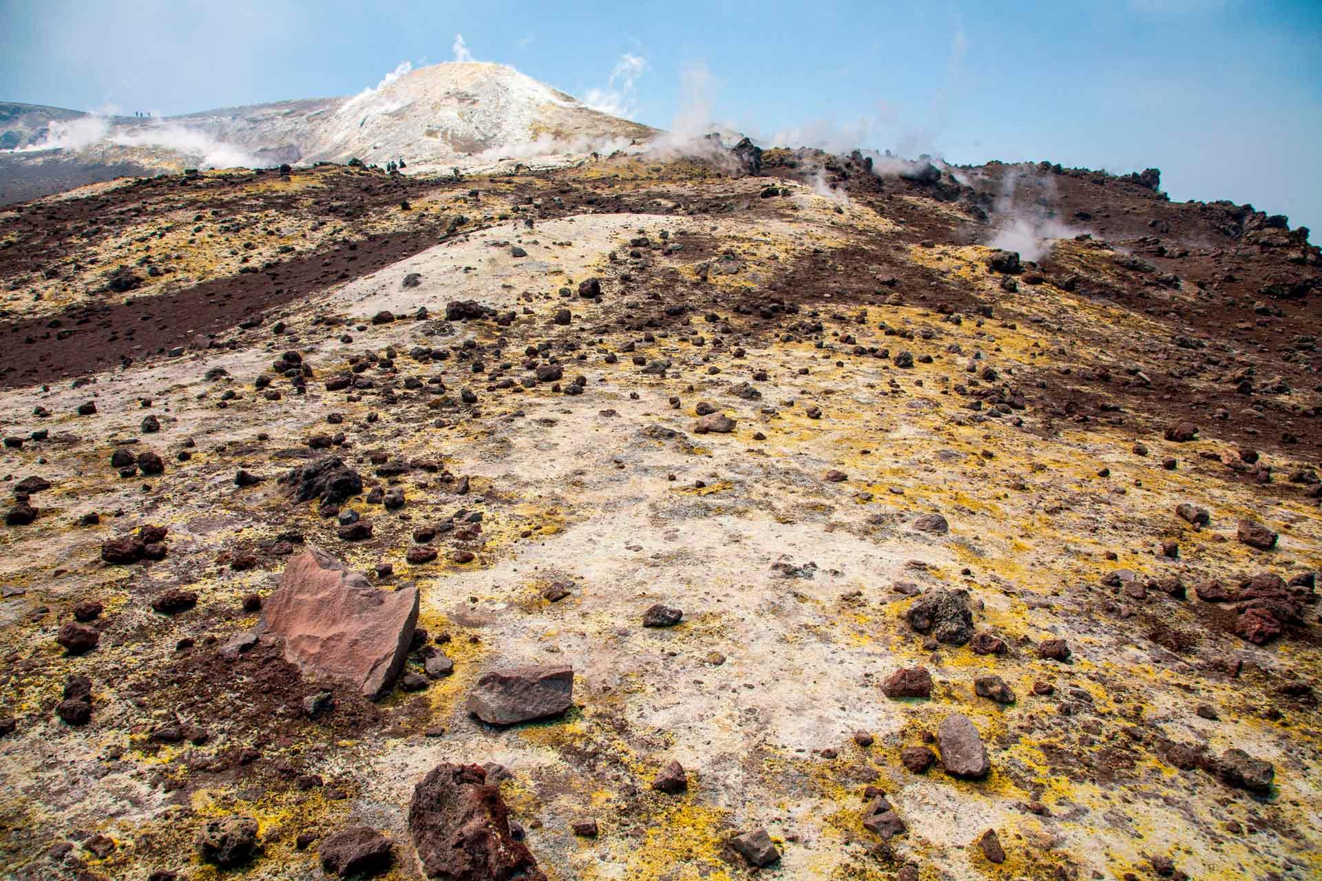 Aujourd'hui, le volcan Etna est caract?ris? par 4 crat?res sommitaux, le premier crat?re o? nous arrivons est le crat?re sud-est, qui a r?cemment ?t? le plus actif des quatre crat?res. Cette configuration contraste consid?rablement avec celle d'il y a environ un si?cle, lorsque seul le crat?re central ?tait situ? au sommet de l'Etna.