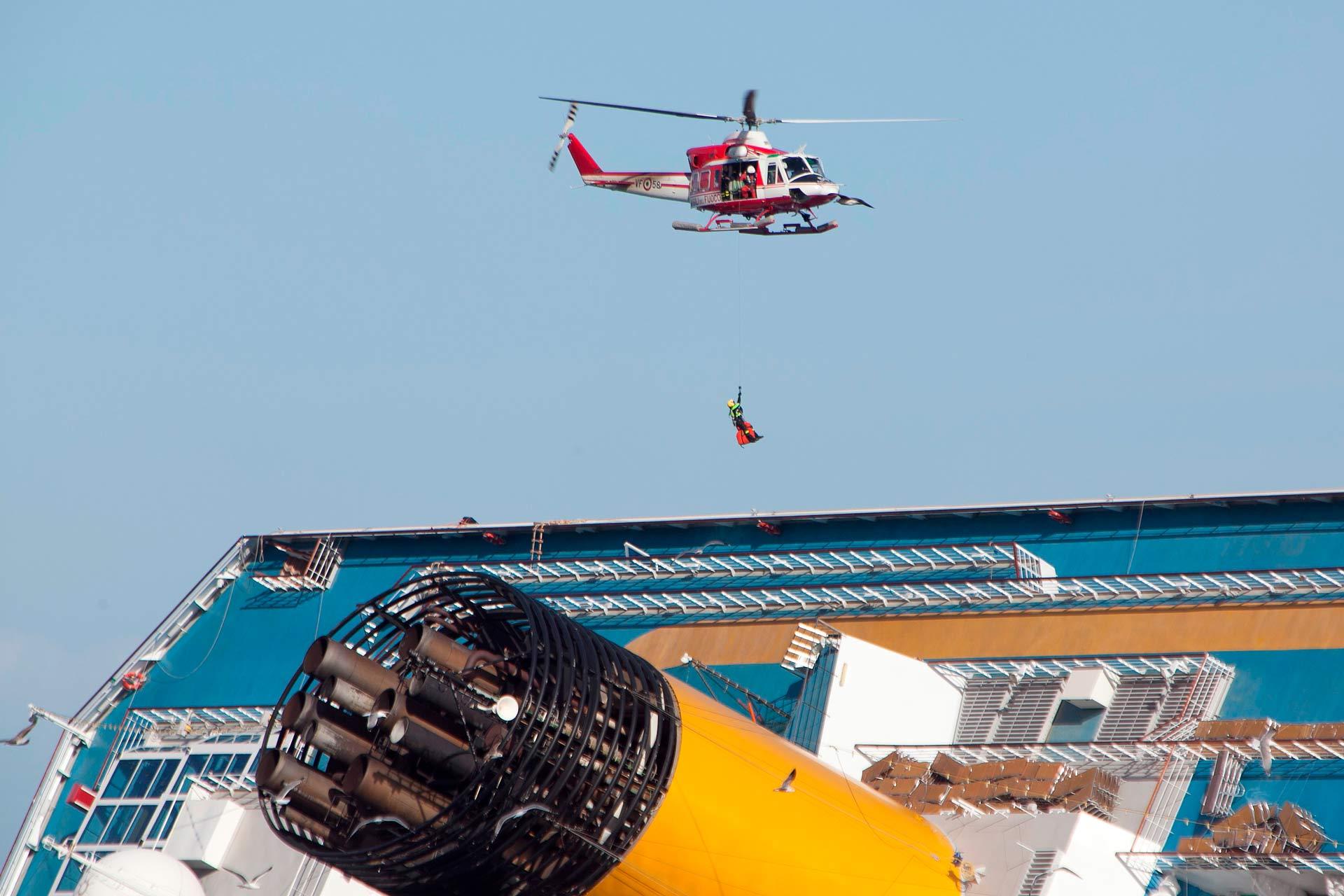 Il lavoro dei soccorritori ? andato avanti per diversi giorni con ritmi incessanti. Gli accessi al relitto avvenivano sia via acqua, sia via aerea dagli elicotteri dei vigili del fuoco.