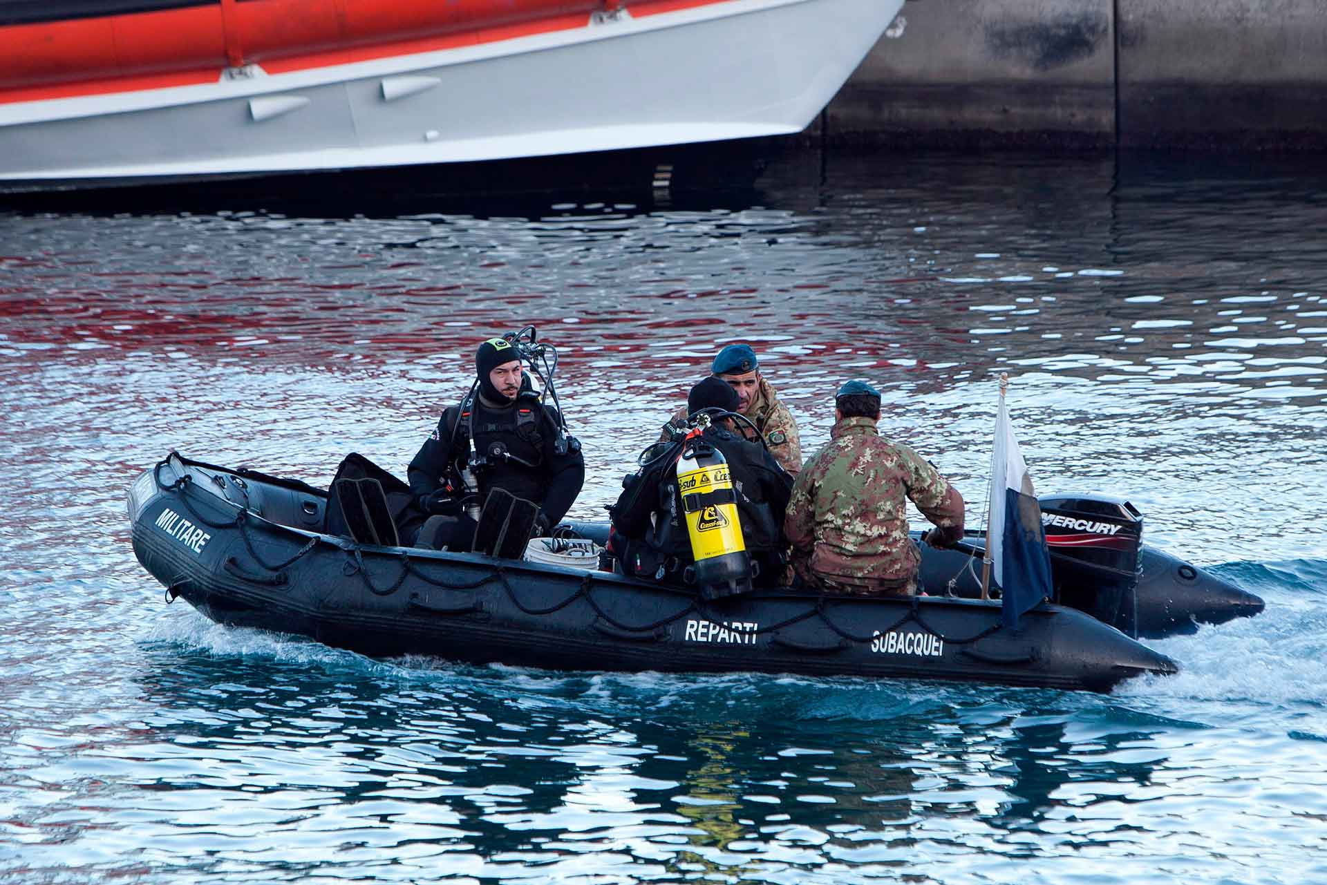 The underwater departments of the Navy intervened to search for the survivors who also used explosives to open passages between the debris and the glass of the command bridge.