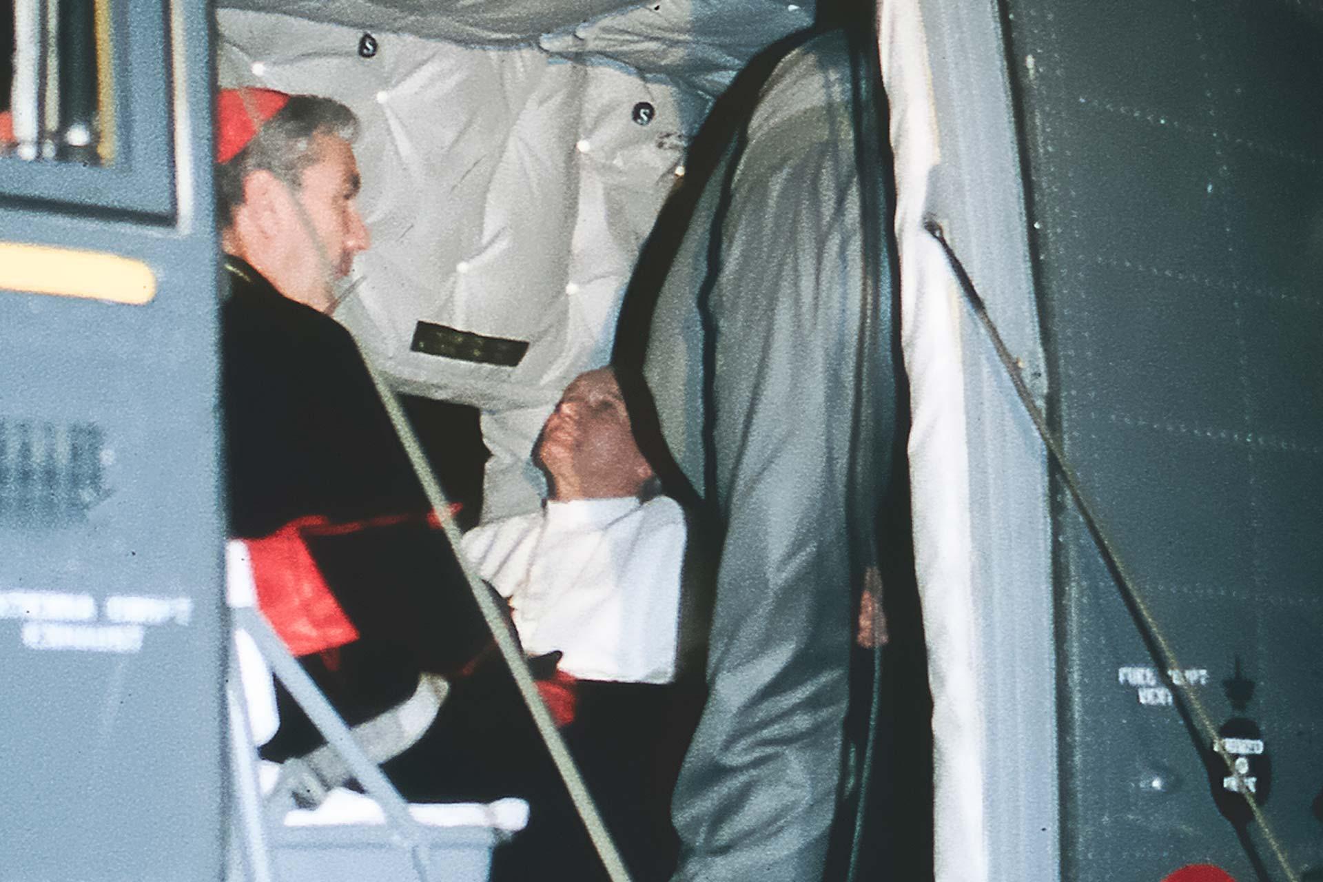 Il Papa dentro l?elicottero insieme al Cardinale Salvatore Pappalardo, poco prima di lasciare Palermo.