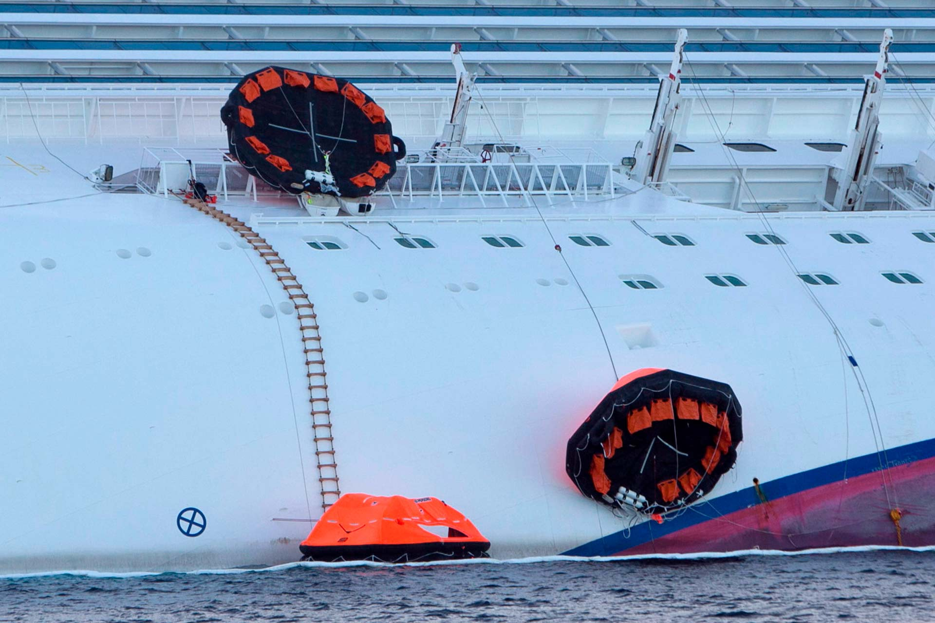 Alcuni battelli di salvataggio sono rimasti impigliati nel sartiame della nave durante la fuga caotica e sono rimasti inutilizzati.