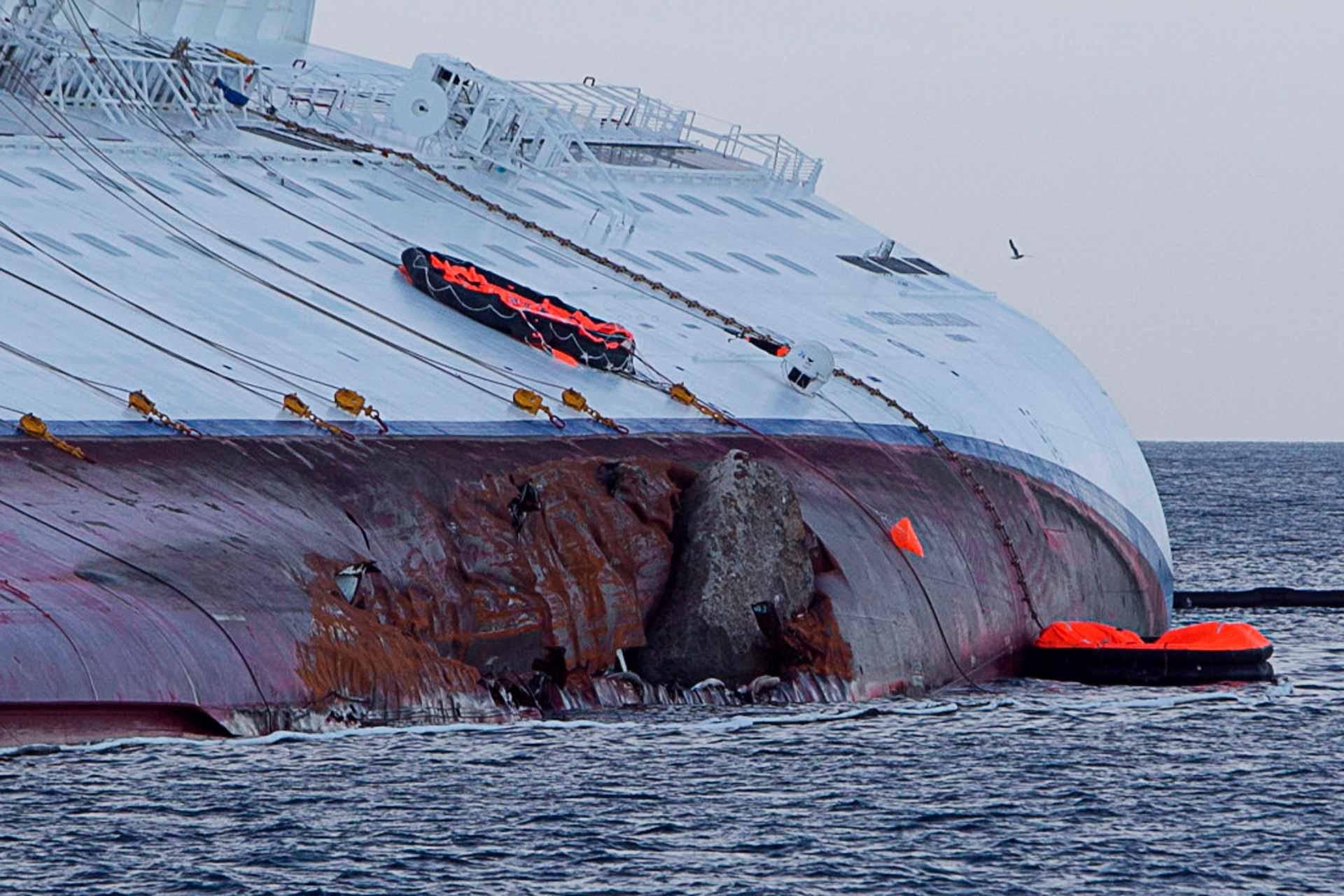 La roccia che ha squarciato per 70 metri la fiancata sinistra della nave, strappata dagli scogli delle Scole, un pericolo ben noto a chi va per mare.