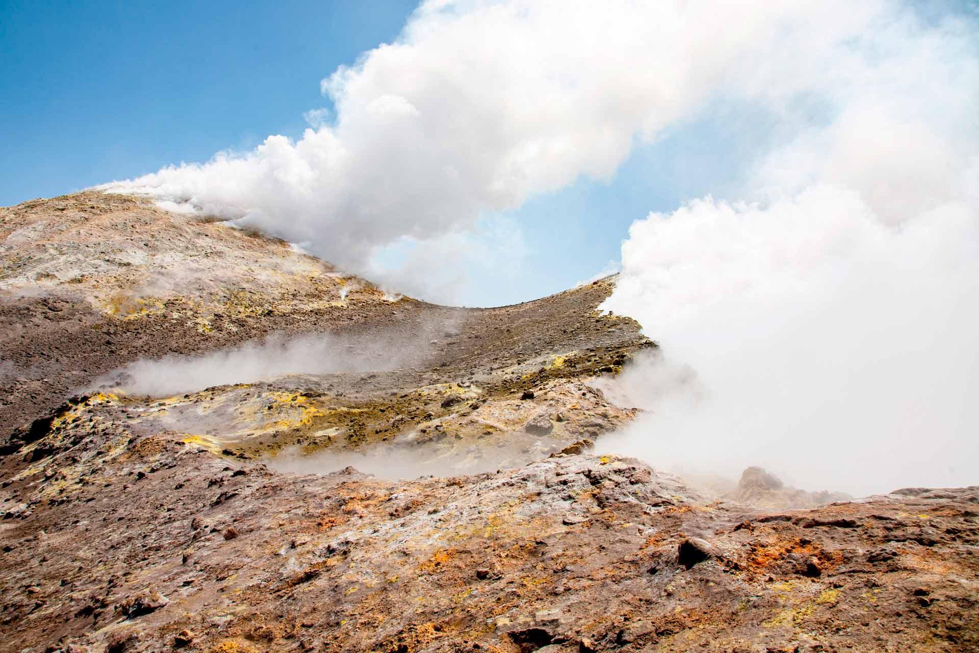 Ci dirigiamo verso il cratere centrale ?La Voragine?.