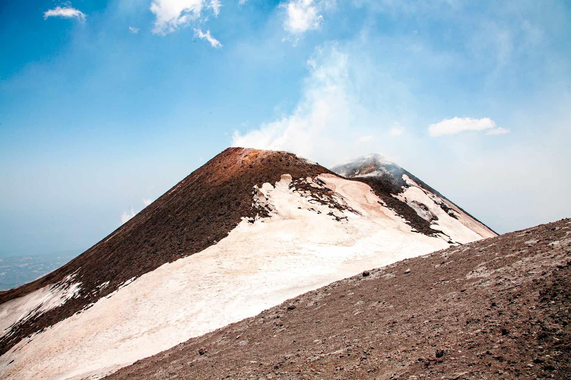 Nel Novembre 2017 il fondo del Cratere di Nord-Est ? sprofondato e si ? riaperto, tornando ad emettere il pennacchio gassoso che lo caratterizza.