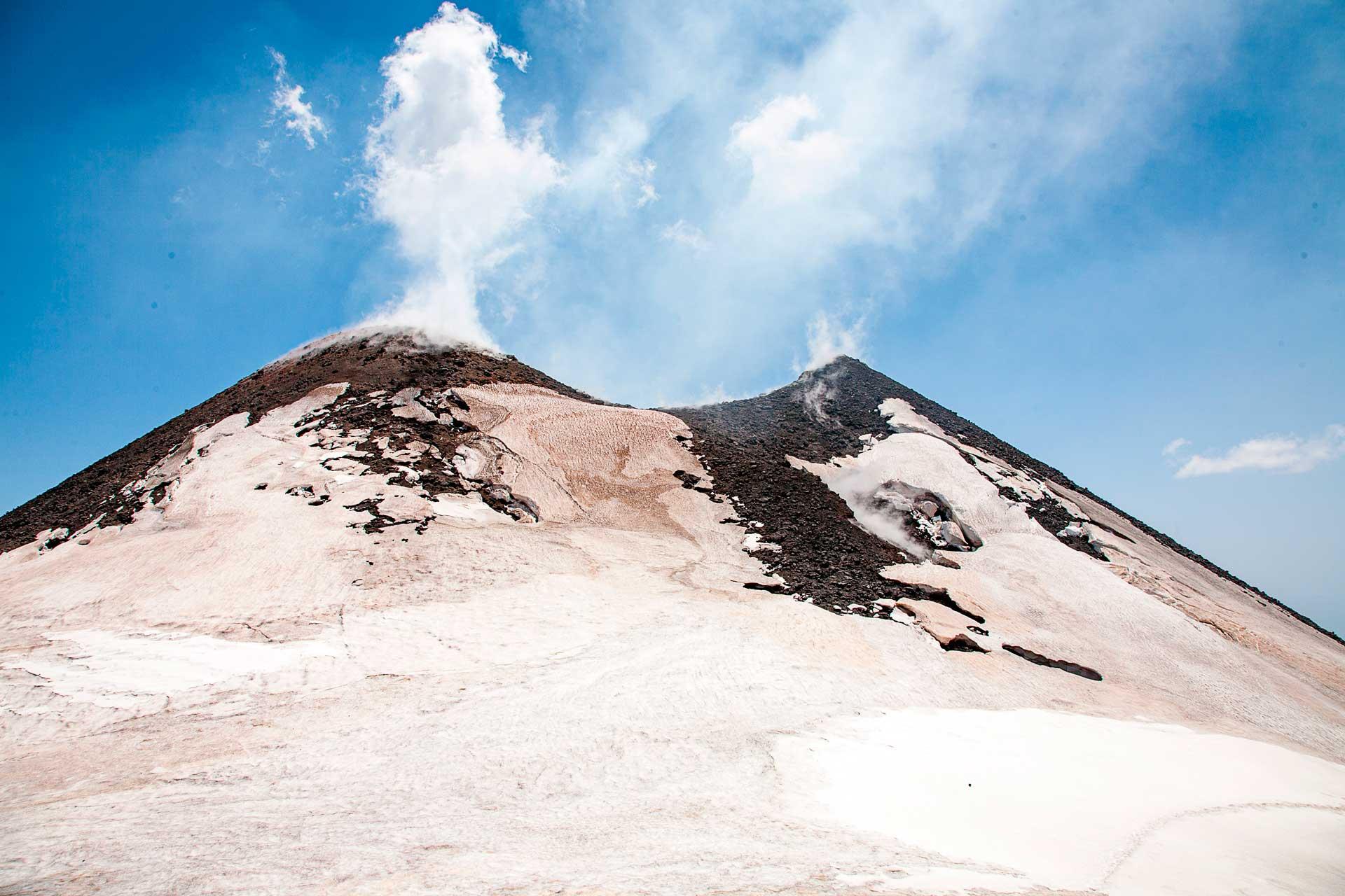 Oggi, il Cratere di Nord-Est continua ad essere, seppur di poco, il punto pi? alto dell?Etna - 3324 m sul livello del mare.
