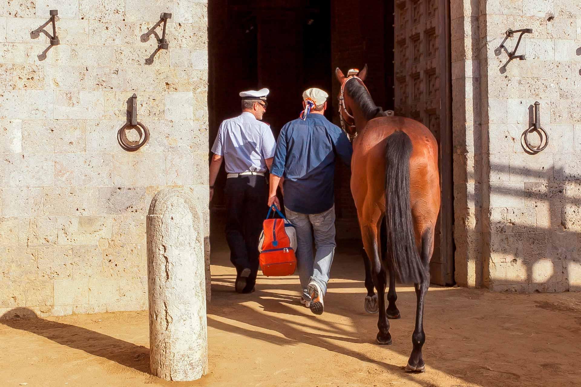 LE PREMIER TEST - Lorsqu'ils arrivent sur la Piazza del Campo, le barbaresco introduit le cheval dans la cour du Podest?, o? il se verra attribuer un poste qu'il occupera pour les six essais programm?s et le Palio.