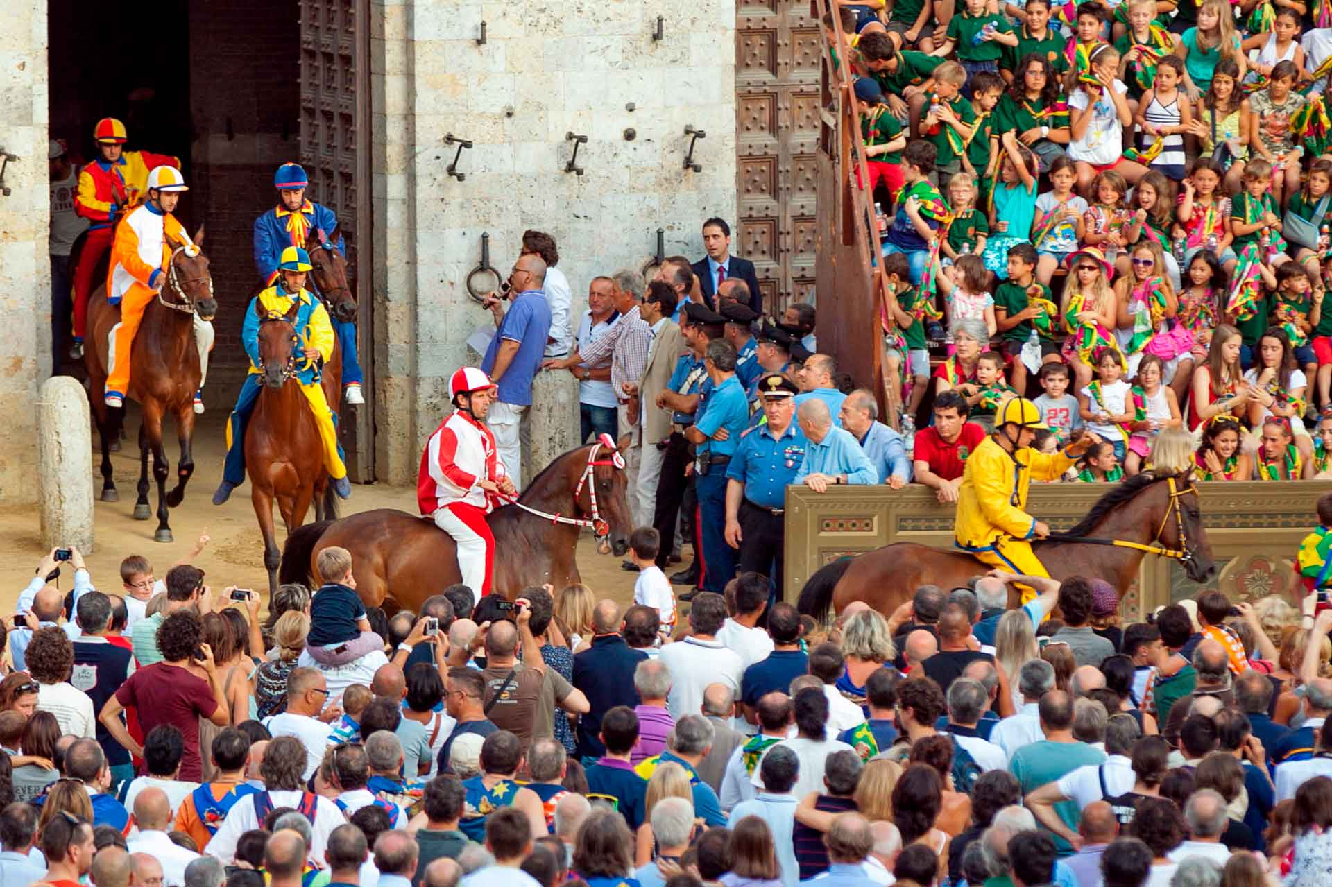 LE PREMIER TEST - La sortie des chevaux, mont?s par les jockeys des dix quartiers, du Cortile del Podest? est annonc?e ? la Piazza, pour chaque ?preuve individuelle, par un roulement de tambour et l'explosion d'un p?tard.