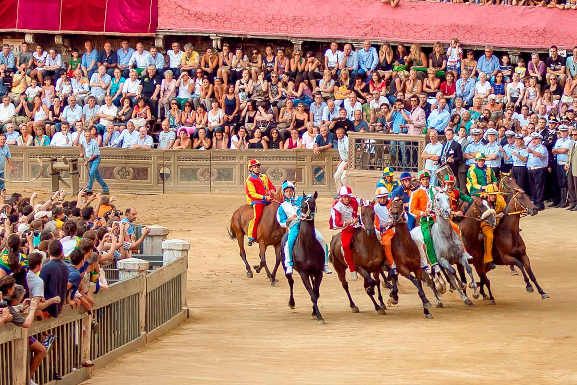 LE PREMIER TEST - Les tests se d?roulent selon les m?mes r?gles et proc?dures que le Palio. Cependant, ce n'est pas une vraie course, car le r?sultat n'a aucune valeur: le but est de permettre aux chevaux et jockeys de s'adapter ? la piste et ? la situation au vu du Palio.