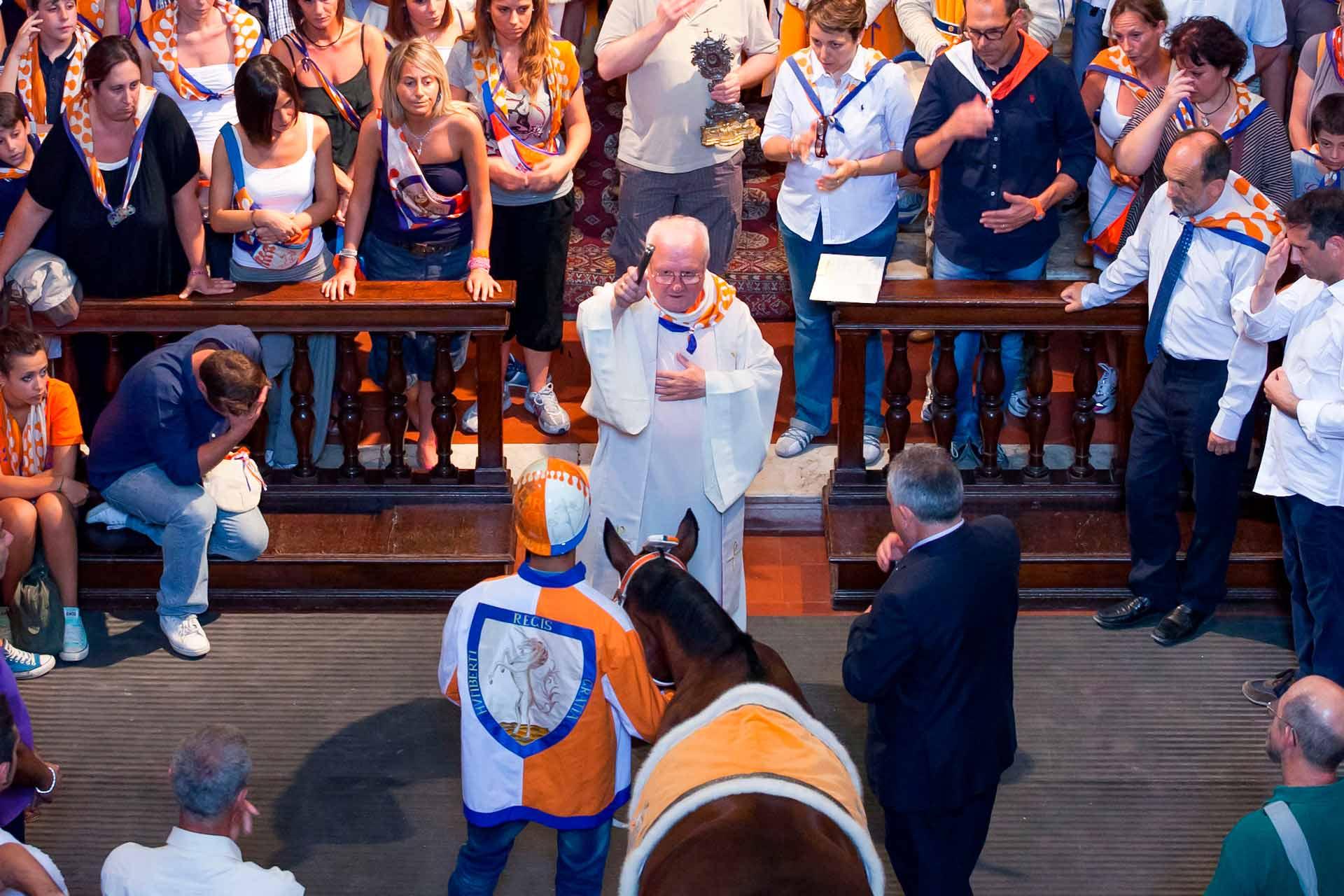 LA BENEDIZIONE DEL BARBERO ? Li riceveranno dalle mani del sacerdote, la benedizione del Santo Patrono, affinch? entrambi vengano preservati dai pericoli e dalle insidie della corsa.