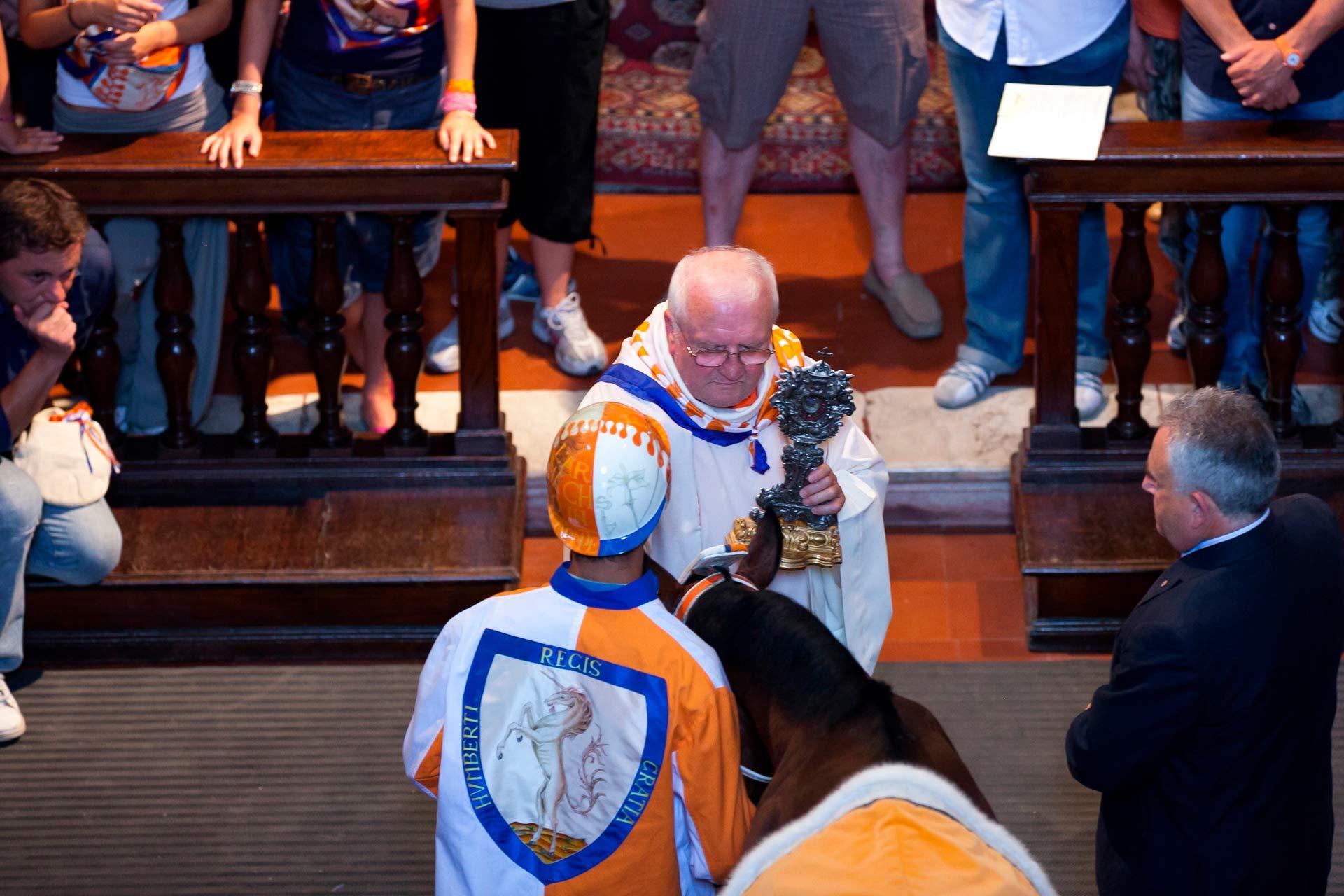 LA BENEDIZIONE DEL BARBERO ? In questa occasione che il sacerdote pronuncia la frase: ?Cavallino vai e torna vincitore?!